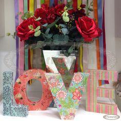 Love com letras estampadas e arranjo de rosas vermelhas para decoração de noivados, quarto de casal ou home.