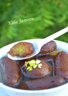 'Kala Jamun': How to make Kala Jamun at home / step by step Indian Dessert Recipes, Indian Sweets, Ethnic Recipes, Indian Recipes, Easy Gulab Jamun Recipe, Green Food Coloring, Indian Street Food, Tasty, Yummy Food