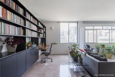 Estante metálica preta acomoda os  livros e cria espaço de home office na sala de estar. House Tours, 1, Interiors, Study Rooms, Old Apartments, Encaustic Tile, New Houses, Environment, Desktop