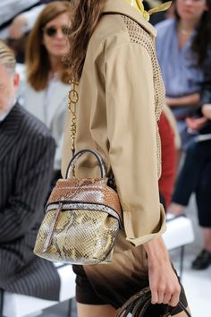 See the complete Tod's Spring 2018 Ready-to-Wear  collection.