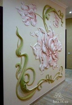 Роспись и лепнина на стене