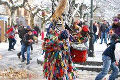 """JARRAMPLAS •   Piornal (Cáceres) •   Bajo un traje de chaqueta y pantalón multicolor, con multitud de cintas de colores que cuelgan y cubierto por una diabólica máscara con cuernos, el Jarramplas sale por las calles tocando un tamboril para recibir una """"lluvia de nabos"""". Los días 19 y 20 de enero, 20.000 kilos de nabos esperan a los vecinos y turistas que los lanzarán como castigo al Jarramplas durante las celebraciones en honor de San Sebastián. Fiesta de Interés Turístico Regional."""
