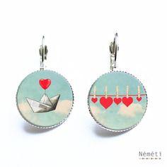 Boucles d'oreilles cabochons verre bateau en papier et coeurs rouges romantique