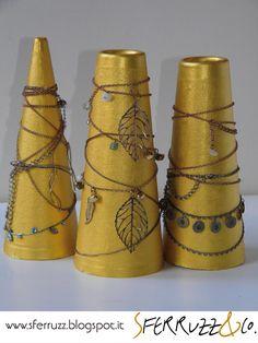 Sferruzz&Co: Decorazioni natalizie/Alberelli da coni di cartone&inutili bijioux