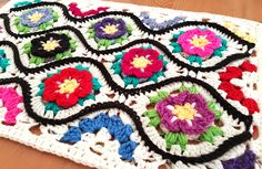 Moroccan Garden: Free crochet pattern for a floral Ogee tile with halves and quarter pieces