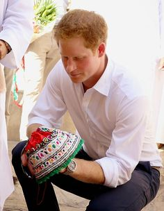 Prince Harry meets local craftswomen during a visit to Nizra Fort on 19.11.2014 in Muscat, Oman.