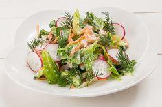 Свежий салат с копченой индейкой и йогуртом - KitchenMag.ru