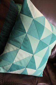 Tuto : un coussin en patch machine (spéciale débutante) | L' Atelier d Emma Patches, Quilts, Blanket, Sewing, Making Throw Pillows, Baby Sewing, Couture Sac, Comforters, Blankets