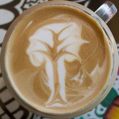 Coffee or Latte art consists of the pouring of steamed milk into a shot of espresso generating a pattern or design on the surface. The barista becomes a true Coffee Artwork, Coffee Latte Art, Coffee Cups, Coffee Coffee, Coffee Shop, Design Café, Design Ideas, Mug Tree, Coffee Design