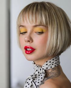 Here's the look from my story today! I was inspired by and her look that reminded me of the yellow eyeshadow… Different Hairstyles, Cute Hairstyles, Hairdos, Mid Haircuts, Short Hair Cuts, Short Hair Styles, Short Angled Bobs, Yellow Eyeshadow, Make Up Inspiration