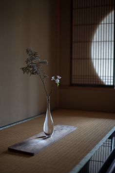 glass flower vase / SO RO RI design : kentarou senuma Ikebana Arrangements, Ikebana Flower Arrangement, Flower Vases, Flower Art, Floral Arrangements, Diy Plante, Arreglos Ikebana, Sogetsu Ikebana, Style Japonais
