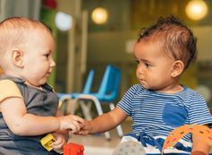 A new study conducted by linguistics experts suggests that children learn new words best from other children. Right To Education, Early Education, Early Childhood Education, Petite Section, Early Childhood Australia, Psychology Studies, Infancy, Having A Baby, New Words