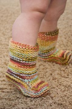 Rolled cuff baby booties - free pattern We like longer booties so babies can't kick or wiggle them off easily! Rolled cuff baby booties - free pattern We like longer booties so babies can't kick or wiggle them off easily! Crochet Baby Socks, Crochet Slippers, Knit Or Crochet, Baby Slippers, Knitting For Kids, Knitting Socks, Baby Knitting, Gestrickte Booties, Knitted Booties