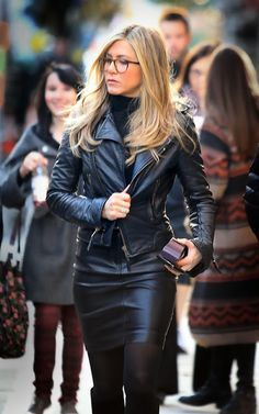 Celebs who can't stand Jennifer Aniston - Celebrities Female Jennifer Aniston Style, Jennifer Aniston Glasses, Jeniffer Aniston, John Aniston, Leather Skirt, Leather Jacket, Moto Jacket, Mein Style, Girls With Glasses