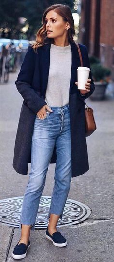 Mom Jeans Slip On Sneakers The Best of casual outfits in Navy Mantel Creme stricken. Mom Jeans Slip On Sneakers Das Beste unter den Casual Outfits im Jahr Cute Winter Outfits, Cute Casual Outfits, Summer Outfits Women, Casual Jeans, Dress Casual, Casual Clothes, Cold Weather Outfits Casual, Cropped Jeans Outfit, Spring Outfits
