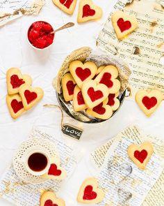 Przepis na kruche maślane ciasteczka w kształcie serduszek z galaretką malinową. Idealne na Walentynki. Purple And Silver Wedding, Spring Green, Food And Drink, Valentines, Cookies, Valentine's Day Diy, Crack Crackers, Valentines Day, Biscuits