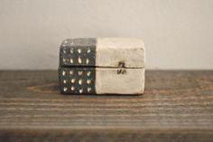 宇田令奈「陶箱」、こちらはステッチ長方形です。