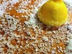 Τρίβει+μια+λεμονόκουπα+σε+αλάτι.Ο+λόγος+θα+σας+ξιαφνιάσει