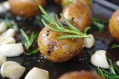 Rosmarin-Kartoffeln vom Blech im Backofen gebacken. Und hier ist das Rezept http://wolkenfeeskuechenwerkstatt.blogspot.de/2011/04/rosmarin-kartoffeln-vom-blech.html
