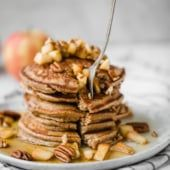 Healthy apple pancakes made right in the blender! These fluffy gluten free apple pancakes are made with oats, applesauce, a touch of maple syrup and cinnamon for the most delicious healthy breakfast perfect for toddlers, kids and adults. Banana Oatmeal Pancakes, Coconut Flour Pancakes, Yogurt Pancakes, Baked Oatmeal Cups, Sweet Potato Pancakes, Oatmeal Yogurt, Pumpkin Waffles, Pumpkin Oatmeal, Nutritious Breakfast