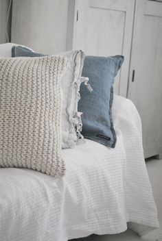 love the texture of the pillow at the front