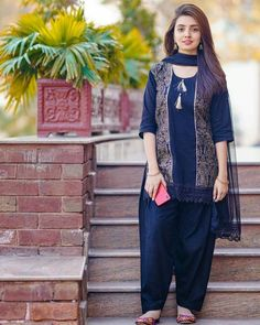 Source by Dresses pakistani Beautiful Pakistani Dresses, Pakistani Dresses Casual, Pakistani Dress Design, Pakistani Bridal, Frock Fashion, Fashion In, Latest Fashion, Fashion Dresses, Fashion Hacks