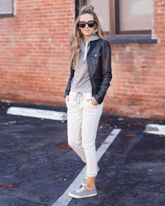 Cute, casual, and comfy looking outfit to go to classes, lounge at home, and run errands. Would love to receive an outfit like this. Joggers Outfit, Athleisure Outfits, Joggers Shoes, Sweatshirt Outfit, Sneakers, Look Fashion, Fashion Outfits, Fashion Trends, Fashion Hacks