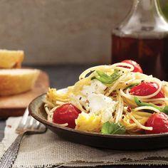 Spaghettinis aux tomates, cœurs d'artichauts et fromage de chèvre / Garnie de fromage de chèvre, cette toute simple recette de pâte est tout simplement exquise.