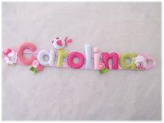 Nome para pendurar em feltro - passarinho, flores e ovelhas - verde e rosa. {Name banner for girl with bird, flowers and sheep - green and pink.}