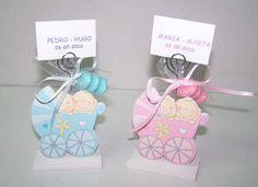 Portafotos en madera gemelos en coche de bebé con peladillas [74-09090D] - 2.20€ : Cosas43, detalles y regalos para los invitados, boda, comunión y bautizo, regalos infantiles