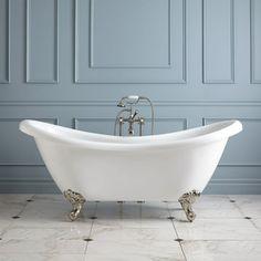 baignoire ancienne et robinetterie ancienne, mur bleu ciel dans la salle d'eau