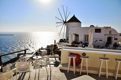 This post will introduce you to the best sunset spots in Santorini, giving you less touristy alternatives to the popular village of Oia and insider tips. Honeymoon On A Budget, Greece Honeymoon, Santorini Island, Santorini Greece, Beautiful Islands, Beautiful Places, Sunset Restaurant, Things To Do In Santorini, Best Sunset