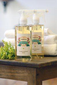 A Água Aromática tem a mesma função da Água de Lençóis! Perfuma roupas de cama, banho, almofadas, cortinas, tapetes e sofás! Home sweet home!