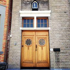 Dit lijkt op de ingang van een kerk, maar het is de deur van een huis. Bedankt @martvlieg om me deze straat te suggereren. (244/365) #kortri...
