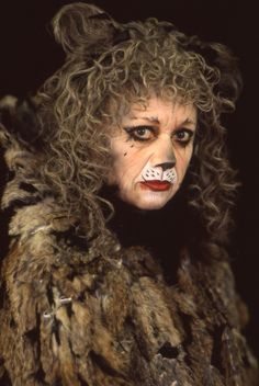Elaine Page as Grizabella