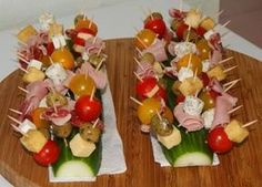 I had already tested mini skewers stuck in half a melon but I prefer in a half cucumber! It's very simple, just let your imagination free … Skewer Appetizers, Best Appetizers, Appetisers, Appetizer Recipes, Canapes, Fingers Food, Xmas Food, Snacks Für Party, Food Platters