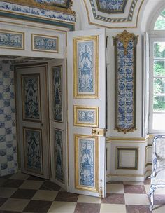 Pagodenburg was built between 1716 and 1719. A small pavilion in the grounds of the Nymphenburg. Here Dutch tiles, and the blue and white theme continues.