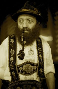 Mature Mens Fashion, German Costume, Beer Girl, Germany Castles, Pipes And Cigars, Pipe Smoking, Bavaria, Traditional Outfits, Austria