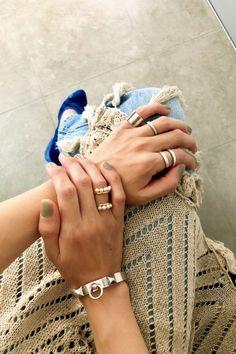 手元のおしゃれ、サボってない?人気のボリュームリングほか重ねづけコーデ例 | FASHION BOX Hands With Rings, Jewelry Accessories, Fashion Accessories, Creative Photos, Bangles, Bracelets, Moon Child, Jewerly, Bling