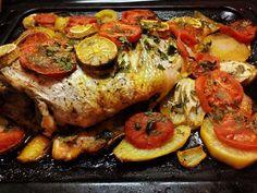 Un vrai plaisir pour les yeux et les papilles que de déguster ce plat plein de saveurs marines. Ingrédients : - 1 belle dorade - 1 oignon coupé en rondelles - 1 tomate coupée en rondelles - 2 pommes de terres coupées en rondelles - 2 feuilles de laurier...