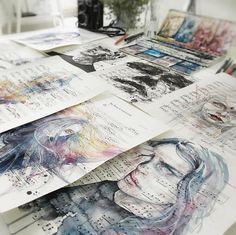 Yaptığı kadın portreleriyle hayranlık uyandıran işler başaransanatçı Agnes Cecile kafalarda çiçek açtırıyor. Özellikle kadın portreleri üzerinde çalışan sanatçıAgnes Cecile yaptığı portrelerin çiçekli olmasının yanı sıra nota kağıtları üzerine yaptığı çalışmalarla bizlere daha önce yayınladığımızNota Kağıtlarını Resimleriyle Süsleyen Öğretmen ile Tanışın: 'Ursula Doughty'haberini anımsattı.   Çiçekli kadın portre resimleri yapan sanatçı kadının büyülü doğasını da çiçeklerle tasvir…