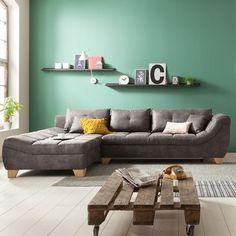 Passend dafür sind Sofas in gedeckten Tönen wie die Sitzgruppe Edmonton. Entdecke die ideale Einrichtung für deine farbige Wohnzimmerwand auf leiner.at! // Wohnzimmer Ideen // Interior Trends // Wohnideen // Einrichtungstipps Wohnzimmer // Sofa // Couch // Polstergarnitur // farbige Akzente setzen // Sofa Couch, Sofas, Trends, Furniture, Home Decor, Living Room Ideas, Sofa Set, Couches, Decoration Home