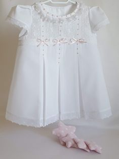 Blusa pijama Smocked Baby Dresses, Toddler Girl Dresses, Little Girl Dresses, Girls Dresses, Baby Dress Design, Baby Girl Dress Patterns, Frock Design, Smocking Baby, Blessing Dress