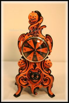 'Halloween Candy' - This was one of my first clocks I used glossy varnish to finish it so it looked 'candy coated'. Halloween Treasure Studio © 2011 ~ Artwork by Cali Lee, LLC All Rights Reserved Retro Halloween, Vintage Halloween Decorations, Halloween Images, Halloween Items, Halloween Horror, Halloween House, Holidays Halloween, Halloween Crafts, Happy Halloween