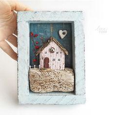 ЗАНЯТ. ~ ягодный домик ~ Дрифтвуд-арт. .................. * Габариты 12,5*18*3,5 см, на обороте есть подвес. * Устойчиво стоит на столе, висит на стене, по вашему желанию могу вкрутить снизу три крючка - будет милейшая вешалка/ключница(+200р). * Материалы: дерево с берега моря, акрил.краски, гвоздики, проволока, полимерная глина, сухая веточка кизильника. ................ Цвета: нежно-голубой(рамка), пастельно-розовый, индиго (фон). .......... Доставка только по России/ Only for Russia…