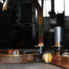 """""""superfici CRUDE è il mio omaggio all'operato della famiglia BONOMI che da oltre cento anni miscela e plasma materie metamorfiche"""" Sergio Mori designer #IdrosanitariaBonomi #ContemporaneoItaliano #MetalliBonomiSPA"""