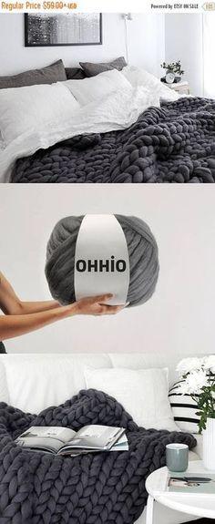 Dieser Artikel ist nicht verfügbarThanks knutschgusche for this post.See how to knit Merino wool for arm knitting. Knit for arm. This wool is super thick. It is for arm knitting. Arm Knitting Merino Wool, Hand Knitting, Knitting Patterns, Arm Knitting Tutorial, Knitting Room, Wool Yarn, Merino Wool Blanket, Diy Rangement, Knit Patterns