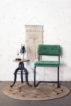 Groene velvet stoel Liz heeft een stoere en industriële uitstraling. Deze eetkamerstoel is perfect voor een industrieel, urban of bohemian interieur! Nu 2 stoelen voor 129,- Dining Chairs, Dining Table, Vanity Bench, Room Inspiration, New Homes, Sofa, Interior, Green, Blue