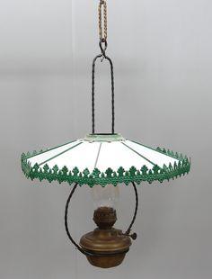 Fotogenlampa med glas och grönlackerad plåt