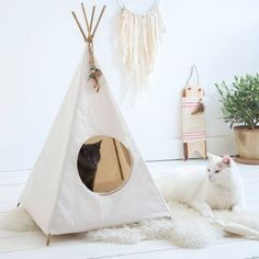 The cat's got style! This cat tipi is just purrfect for cats with indian blood. Or cats who prefer to live boho-style. From LoulaBelle. Cat Tipi, Diy Cat Tent, Raising Kittens, Cats And Kittens, Decoration Surf, Do It Yourself Design, Cat House Diy, Cat Room, Pet Furniture
